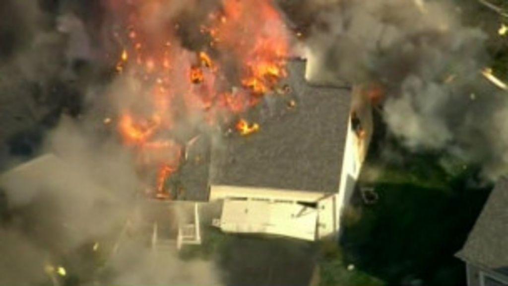 Casa explode após tiroteio nos EUA - BBC Brasil