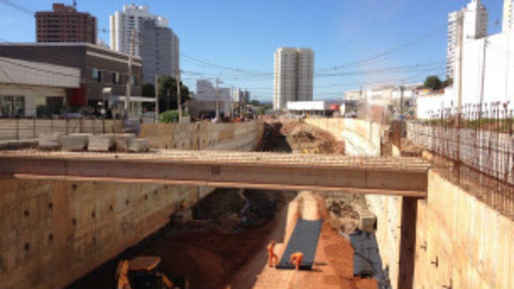 Ainda em obras, Cuiabá aposta em legado pós- Copa - BBC Brasil