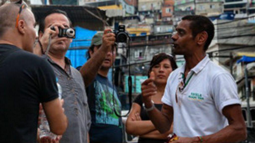 diz guia de turismo sobre esgoto na Rocinha