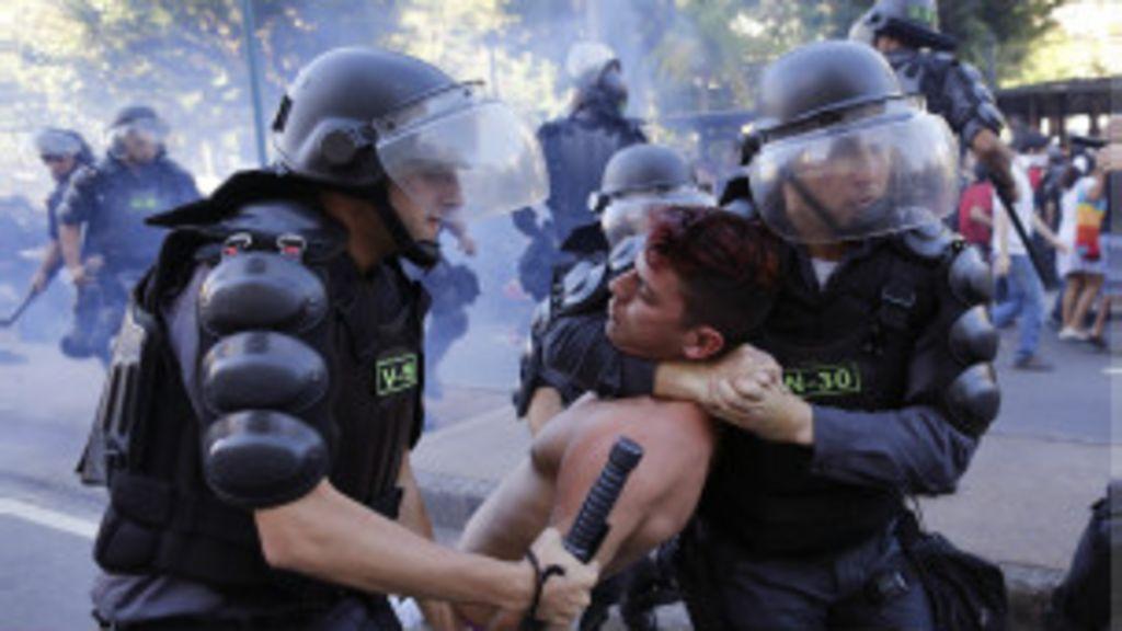 Polícia usa violência em protesto e fere ao menos 10 jornalistas no ...