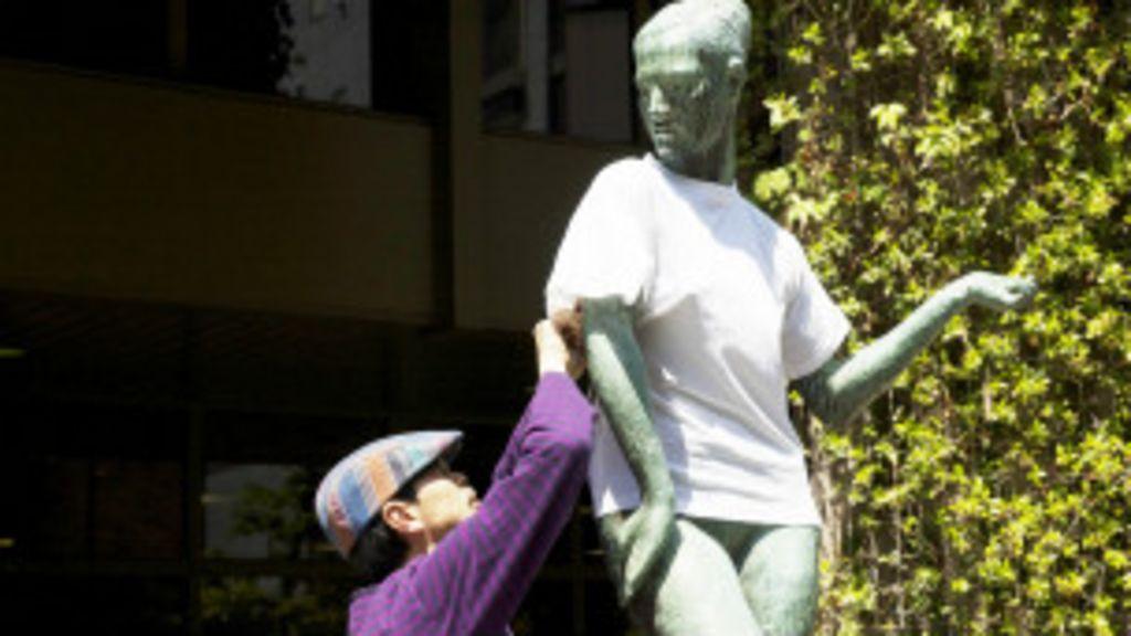 Artista japonês chama atenção 'vestindo' estátuas em Tóquio - BBC ...