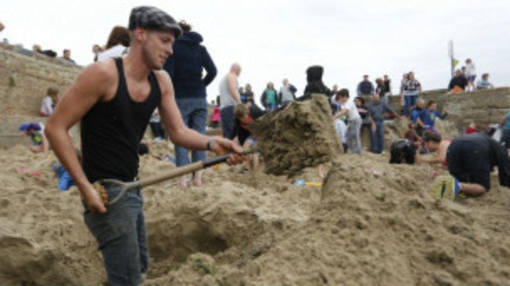 Grupo encontra ouro escondido em praia britânica - BBC Brasil