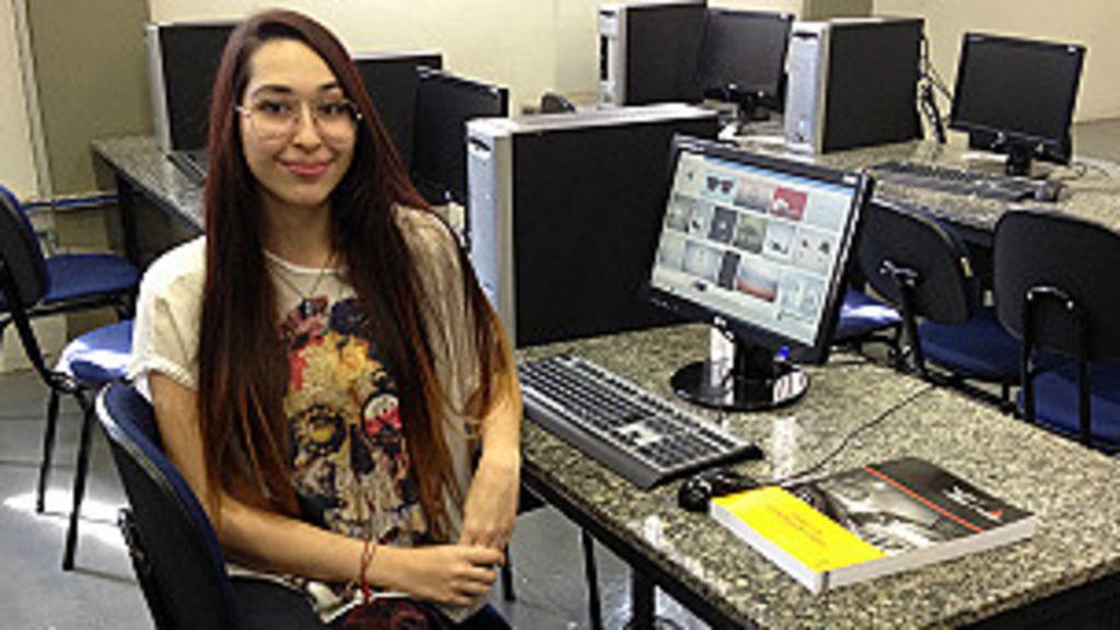 Universitários fazem curso técnico em busca de emprego - BBC Brasil