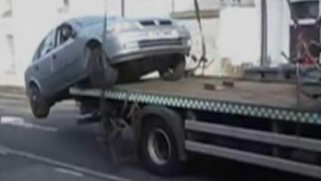 Motorista irado salta com carro de reboque em Londres - BBC Brasil