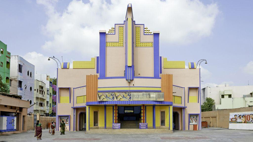 Ensaio revela estilo singular de cinemas antigos da Índia - BBC Brasil