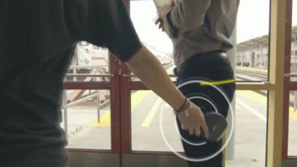 BBC Click: Jeans prometem proteger bolso de roubos virtuais - BBC ...