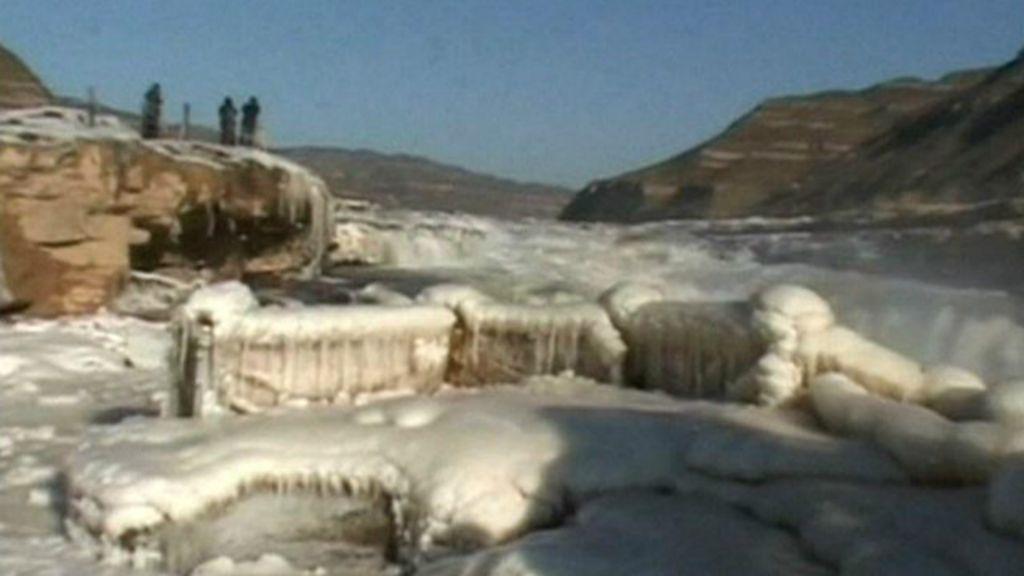 Frio congela cachoeira no rio Amarelo, na China - BBC Brasil