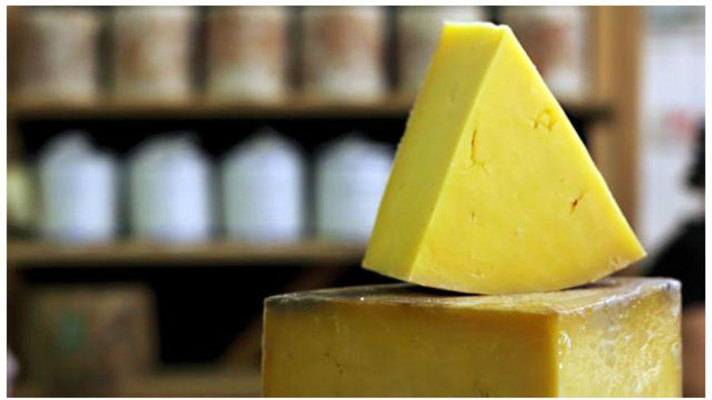 O estranho mundo vivo do interior de um queijo - BBC Brasil