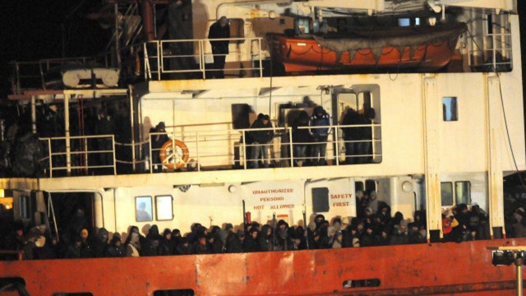 Abandono de navios com imigrantes sugere nova tática de ...