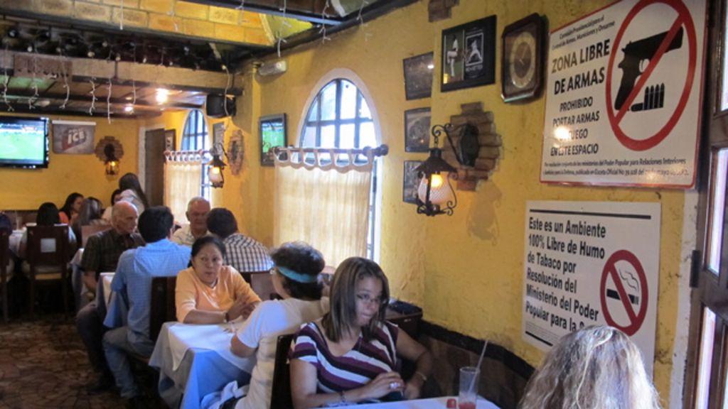 Lei obriga bares e lojas a exibir cartaz proibindo armas na Venezuela