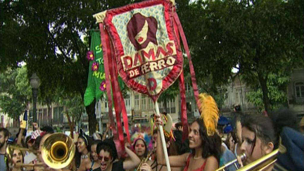 Blocos do Rio adicionam feminismo ao Carnaval - BBC Brasil