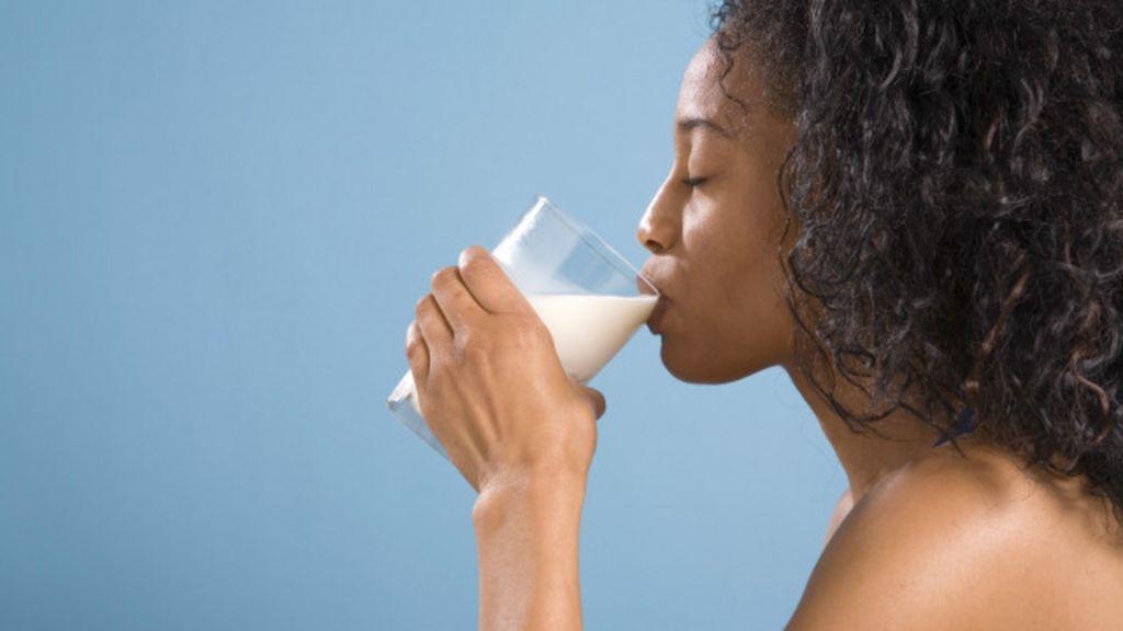 Tomar leite ajuda a aliviar dor de estômago? - BBC Brasil