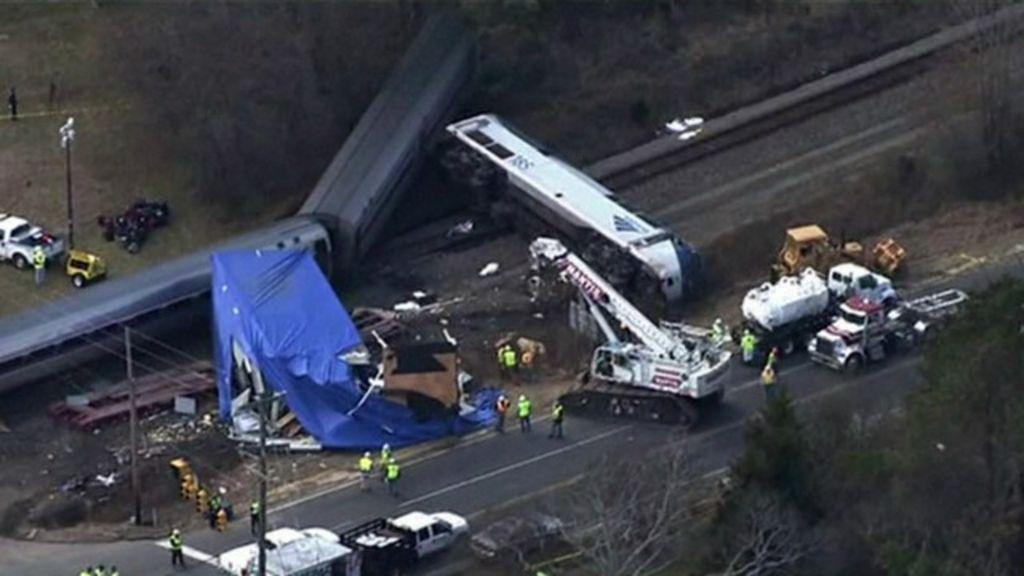Câmera registra choque entre trem e caminhão nos EUA - BBC Brasil