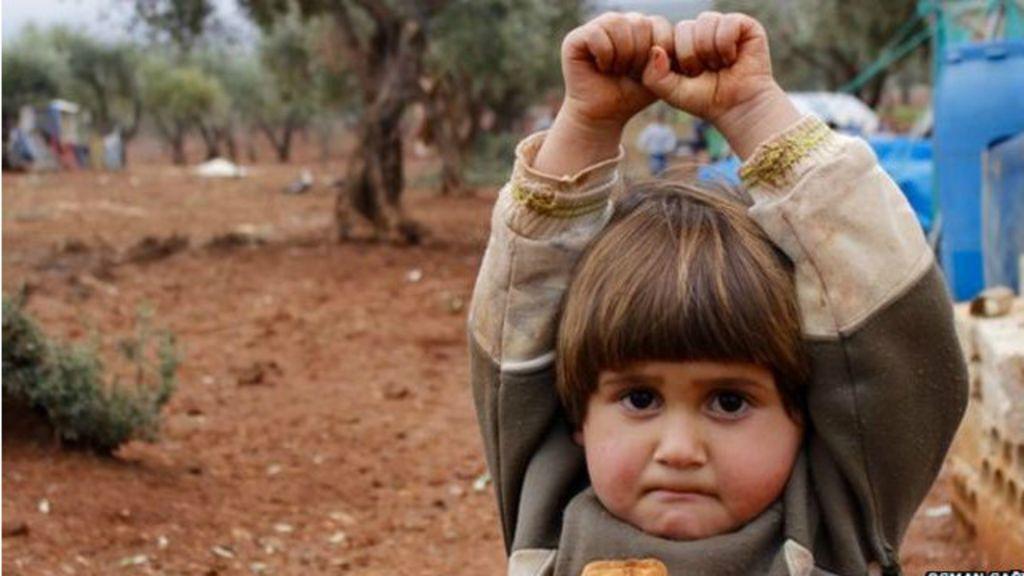 Desvendado mistério de foto viral de criança síria que 'se rende ...