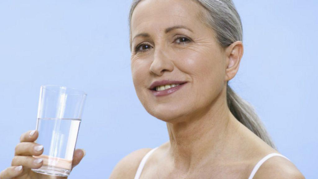 Cinco benefícios de beber água em jejum - BBC Brasil