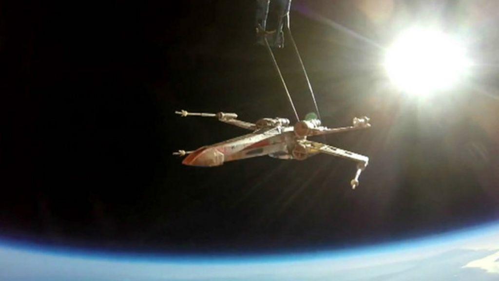 Fãs de 'Guerra nas Estrelas' colocam brinquedo em órbita - BBC Brasil