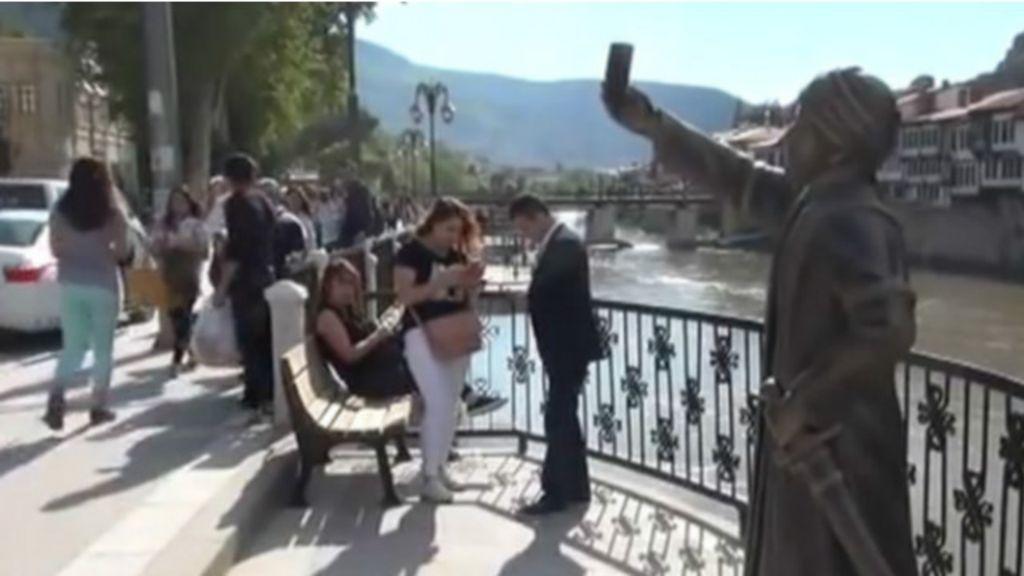 Estátua de príncipe otomano fazendo 'selfie' é vandalizada na ...