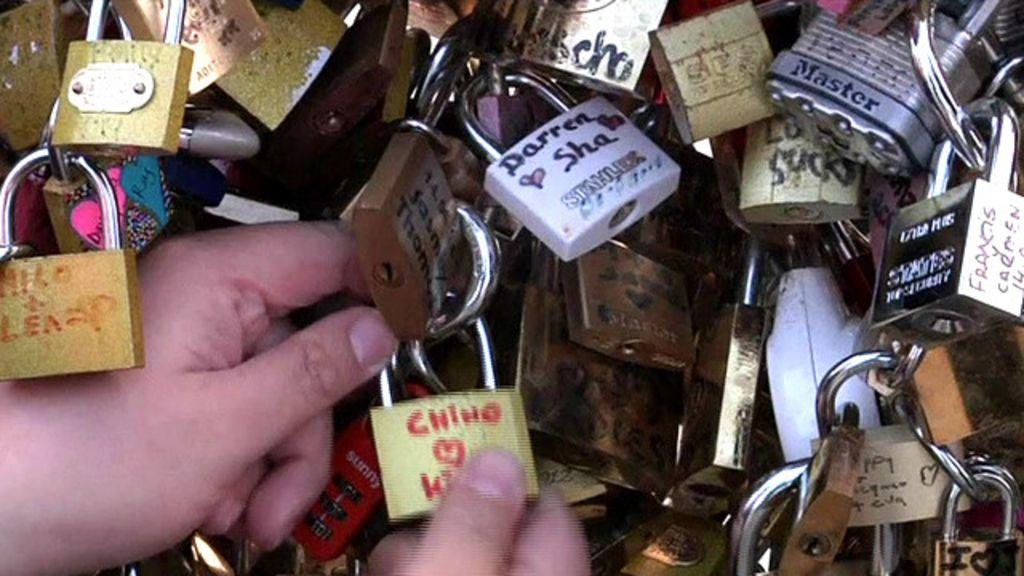 Paris fecha ponte para remover 'cadeados do amor' - BBC Brasil