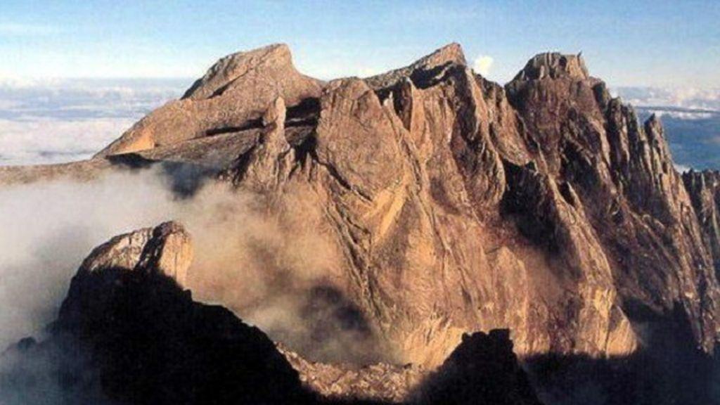 Autoridade malaia acusa turistas nus de causar terremoto que ...