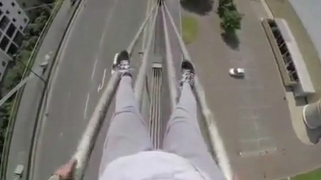 Polícia britânica crítica vídeo de jovens 'surfando' em ponte - BBC ...