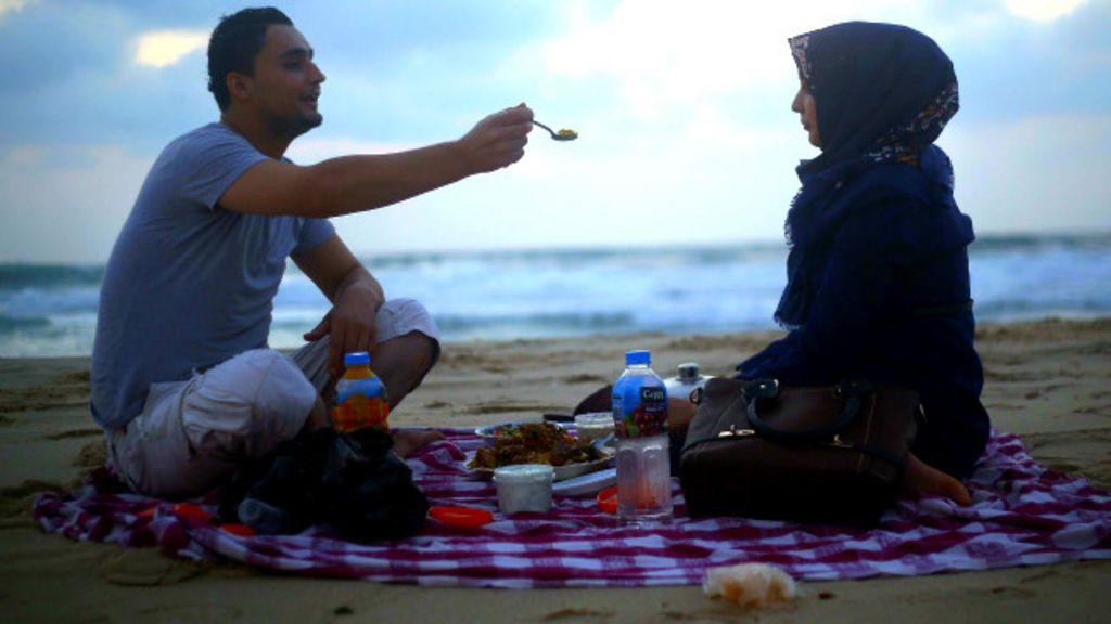 Primeiro beijo em Gaza: o amor em tempos de conflito - BBC Brasil