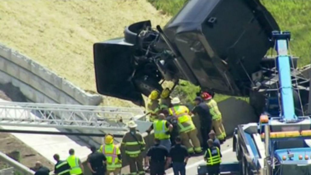 Motorista é resgatado de cabine de caminhão pendurada em ponte ...