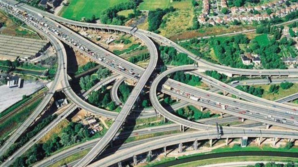 Inglaterra vai testar estradas que recarregam carros elétricos - BBC ...