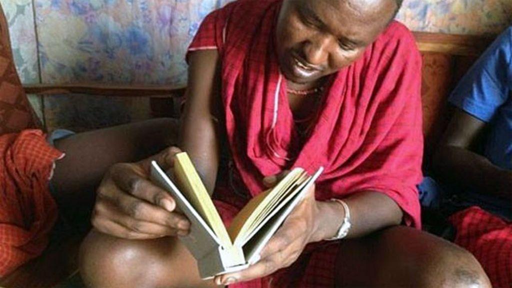 Livro 'bebível' consegue filtrar água suja - BBC Brasil