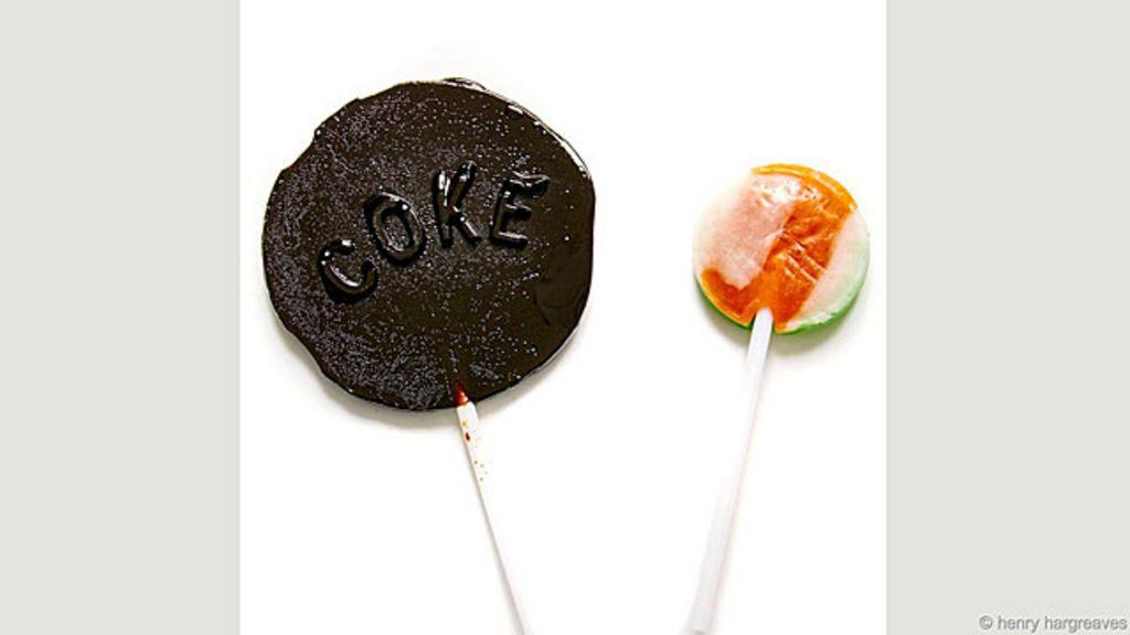 Artista ferve refrigerantes e faz pirulitos para mostrar teor de açúcar ...