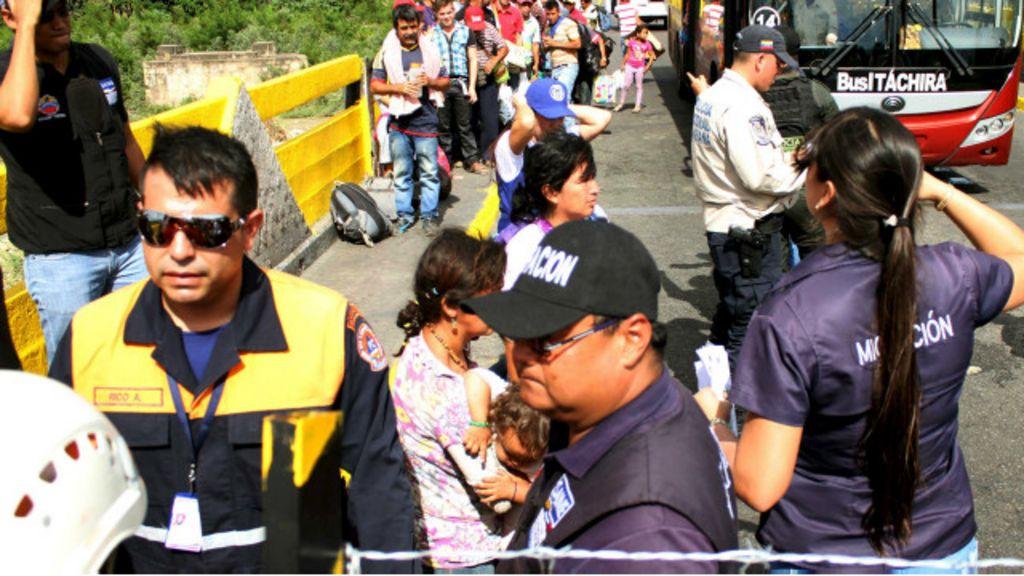 Deportações e troca de acusações aumentam tensão entre ...