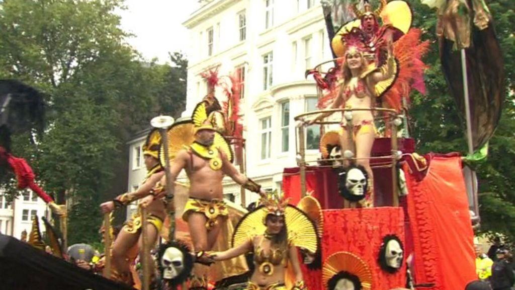 Foliões encaram o carnaval de Londres com capa e guarda-chuva ...