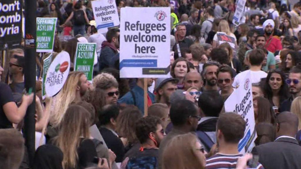 Europeus fazem manifestações pró e contra refugiados - BBC Brasil