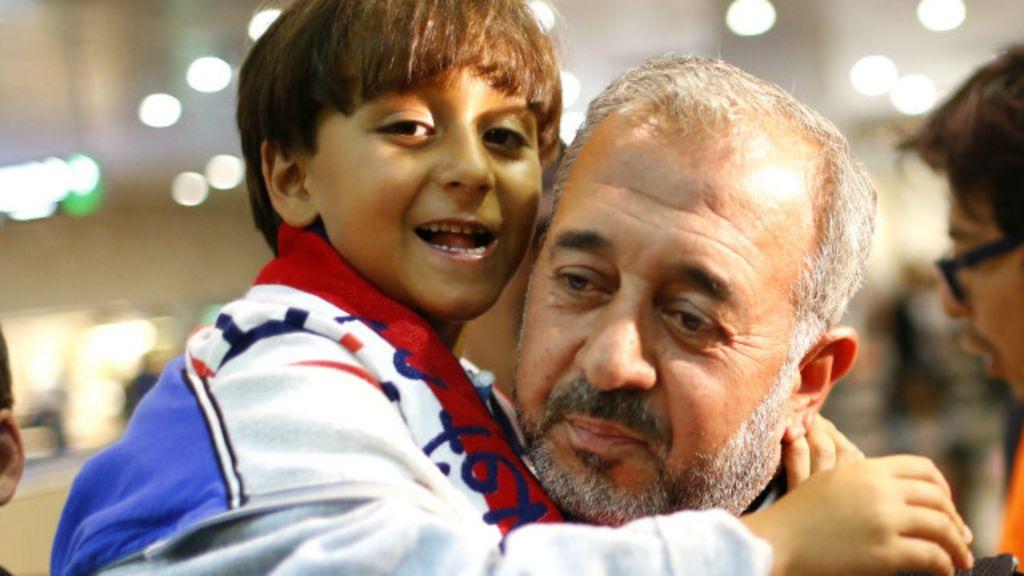 Sírio que levou rasteira com filho no colo começa nova vida na ...