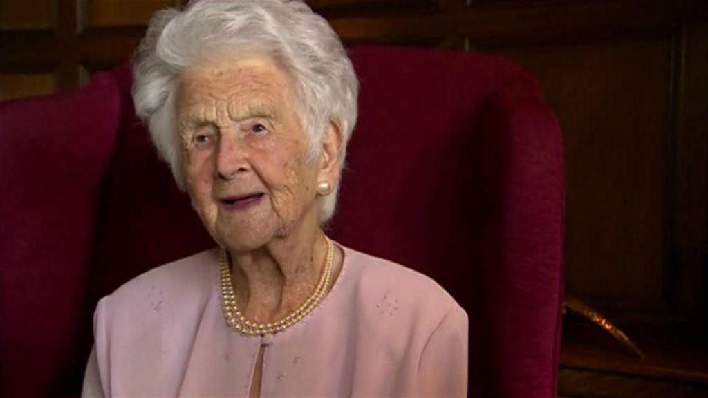 Aos 109, britânica revela segredo da longevidade: gole diário de ...