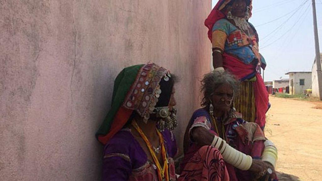 'Estrada da morte' cria vilarejo de viúvas na Índia - BBC Brasil