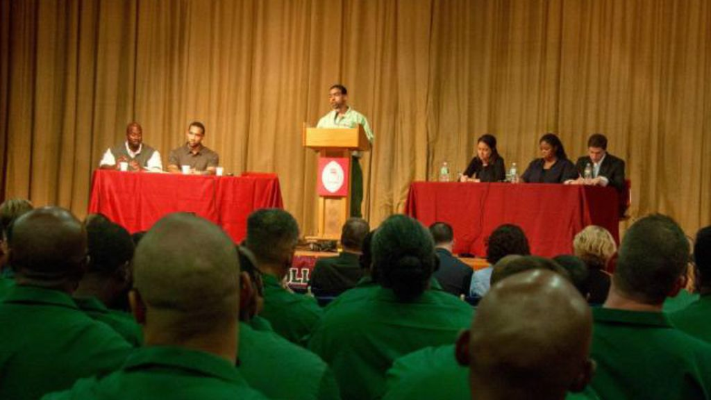 Como prisioneiros venceram alunos de Harvard em debate nos EUA