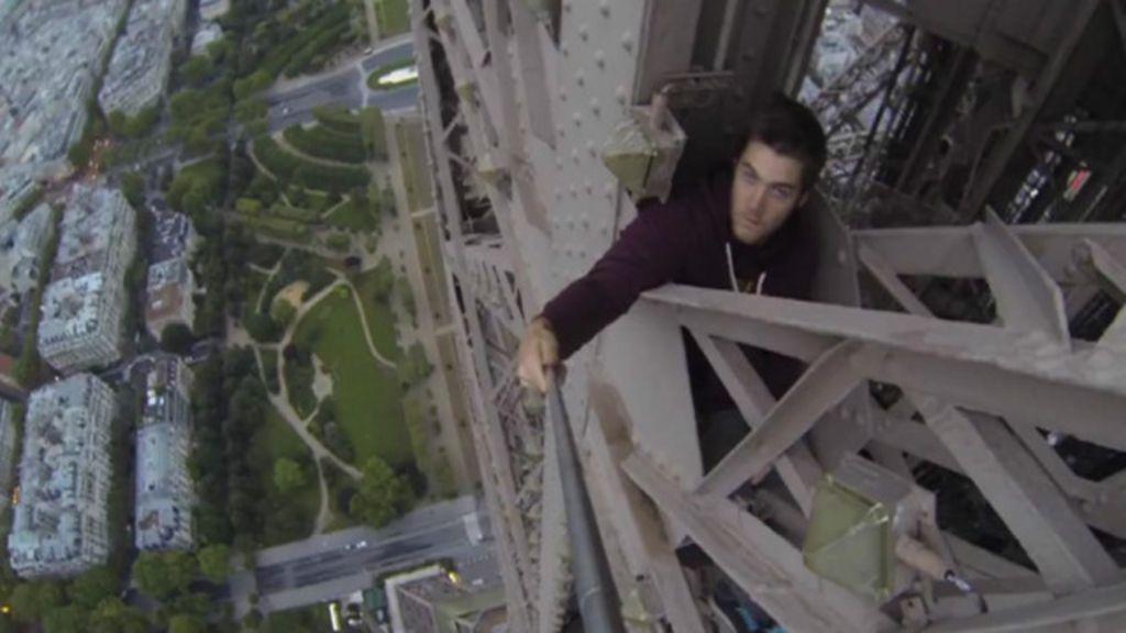 Escalador posta vídeo de subida ilegal e sem proteção na Torre Eiffel