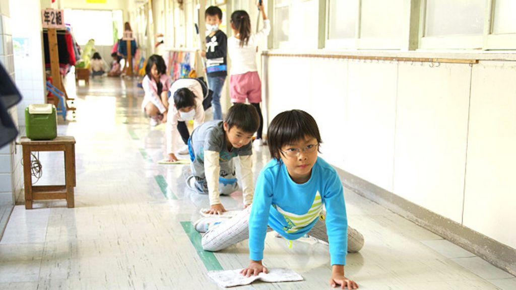 No Japão, alunos limpam até banheiro da escola para aprender a ...