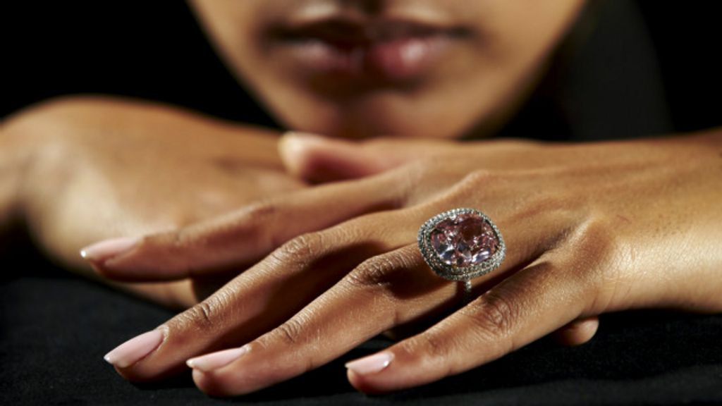 Anel com diamante rosa raro é vendido por R$ 105 milhões em leilão