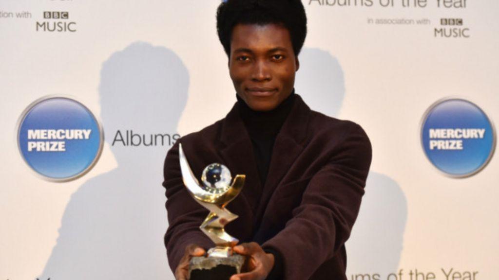 Ex- sem-teto em Paris é nova estrela da música britânica - BBC Brasil