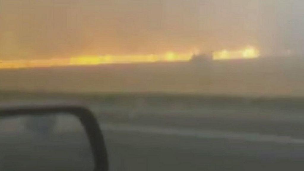 Motorista escapa ileso após incêndio cercar carro na Austrália ...