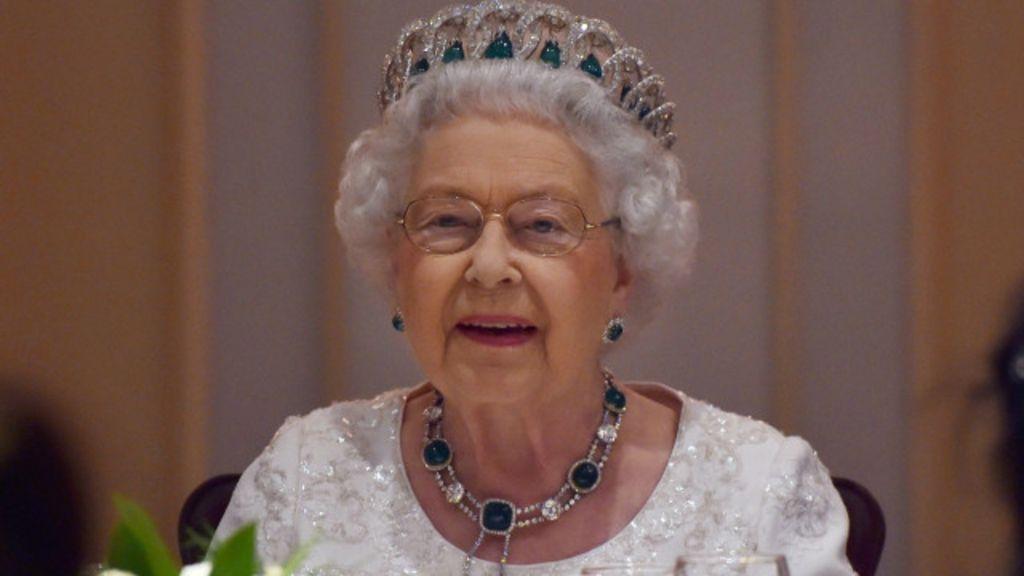 'Obrigada por me fazer sentir tão velha', brinca rainha Elizabeth 2ª ...