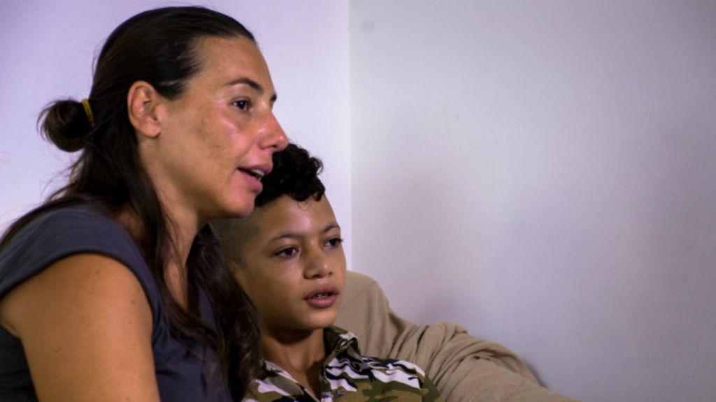 Voluntários 'adotam' crianças refugiadas sem pais na Itália - BBC ...