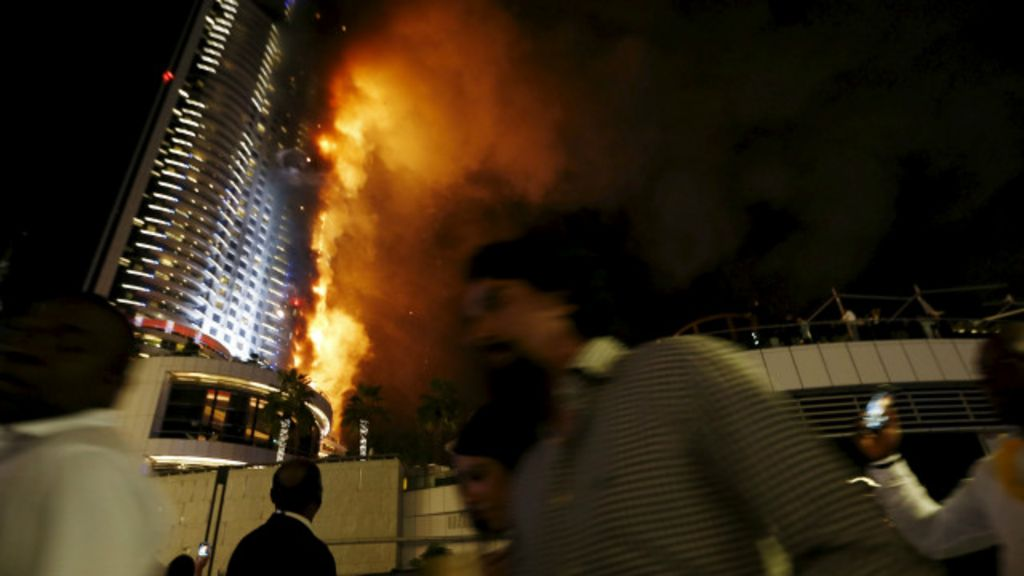 Arranha-céu de 63 andares é atingido por incêndio em Dubai - BBC ...