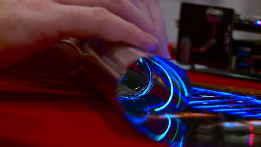 Empresa apresenta protótipo de tela de TV dobrável - BBC Brasil