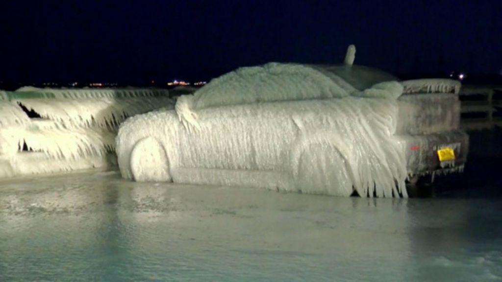 Carro vira escultura de gelo em meio a nevasca em NY - BBC Brasil