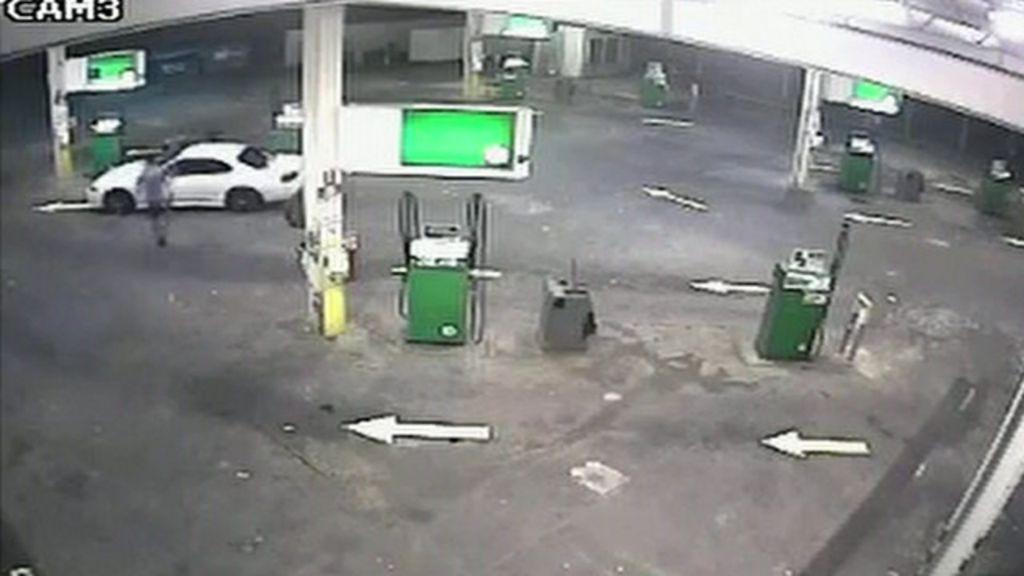Australiano dá 'voadora' para evitar roubo de seu carro - BBC Brasil