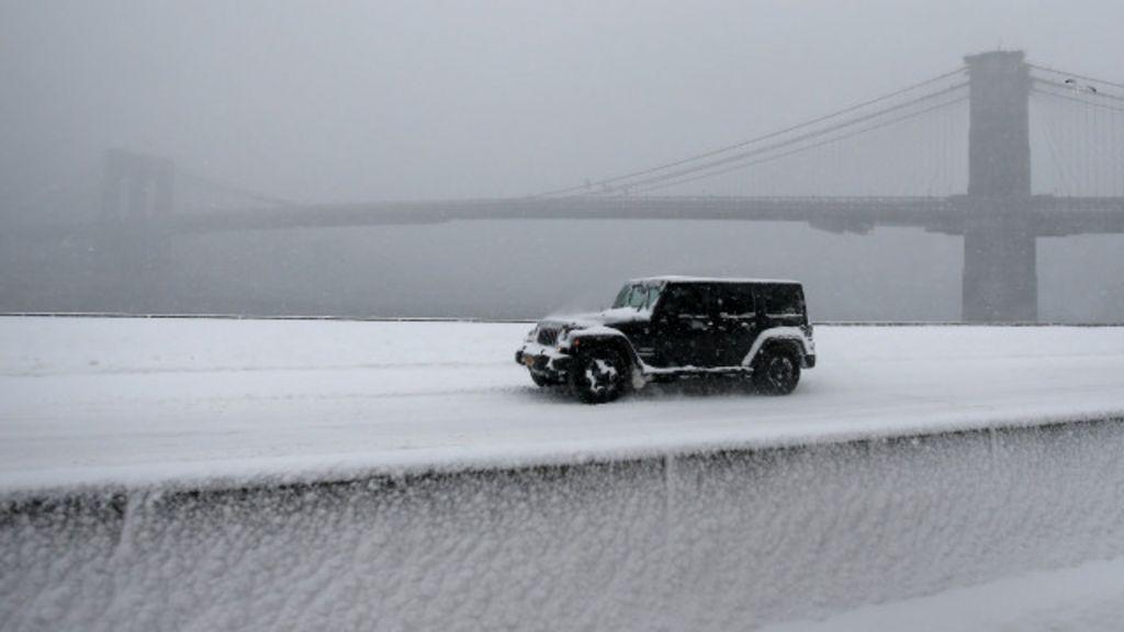 Nevasca 'fecha' Nova York e deixa milhares sem luz nos EUA - BBC ...