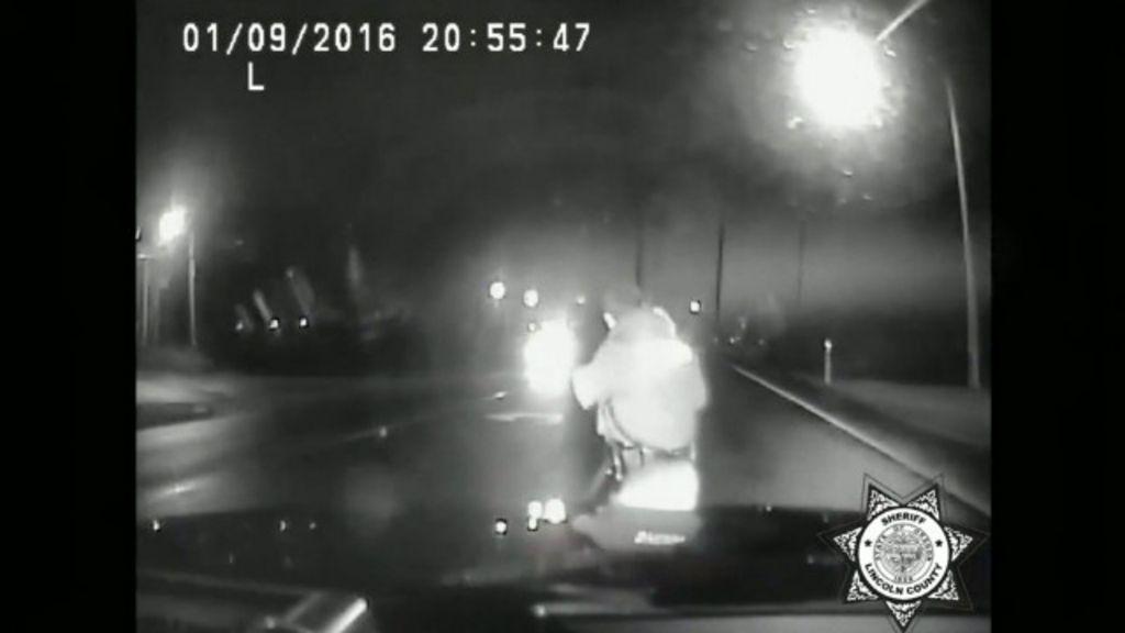 Criança perdida no meio da estrada é resgatada por polícia nos EUA