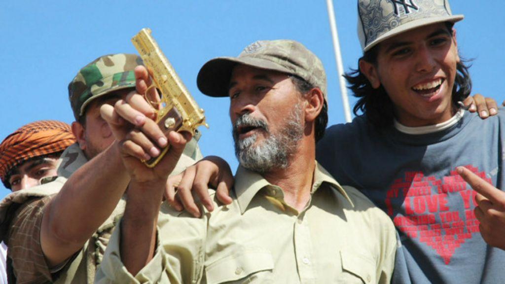 Repórter da BBC reencontra pistola de ouro de Khadafi - BBC Brasil
